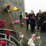 Lubomír Zaorálek cseh (b), Martonyi János külügyminiszter (k) és Katarzyna Pelczynska-Nalecz lengyel külügyminiszter-helyettes (j) virágot helyez el a rohamrendőrökkel való összecsapásokban elesett kormányellenes tüntetők emlékhelyénél Kijevben 2014. február 28-án. MTI Fotó: Koszticsák Szilárd