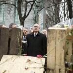 Miroslav Lajcák szlovák (b) és Martonyi János külügyminiszter (k) a rohamrendőrökkel való összecsapásokban elesett kormányellenes tüntetők emlékhelyénél Kijevben 2014. február 28-án. MTI Fotó: Koszticsák Szilárd