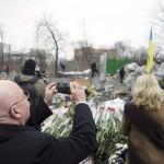 Martonyi János külügyminiszter fényképet készít egy barikádról az Insztitutszka utcán, a rohamrendőrökkel való összecsapásokban elesett kormányellenes tüntetők emlékhelyénél Kijevben 2014. február 28-án. MTI Fotó: Koszticsák Szilárd
