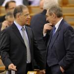 Kósa Lajos, a Fidesz parlamenti frakcióvezető-helyettese (b) és Pintér Sándor belügyminiszter az Országgyűlés plenáris ülésén 2014. február 3-án. MTI Fotó: Kovács Attila