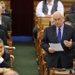 Harrach Péter, a Kereszténydemokrata Néppárt frakcióvezetője reagál Orbán Viktor miniszterelnök (elöl balról) napirend előtti felszólalására az Országgyűlés plenáris ülésén 2014. február 3-án. A kormányfő mögött Rogán Antal, a Fidesz frakcióvezetője. MTI Fotó: Kovács Attila
