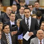 Vona Gábor, a Jobbik frakcióvezetője reagál Orbán Viktor miniszterelnök napirend előtti felszólalására az Országgyűlés plenáris ülésén 2014. február 3-án. Az előtérben balról Hende Csaba honvédelmi miniszter, jobbról Martonyi János külügyminiszter. MTI Fotó: Kovács Attila