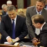 Orbán Viktor miniszterelnök (b) és Navracsics Tibor miniszterelnök-helyettes, közigazgatási és igazságügyi miniszter (j) az Országgyűlés plenáris ülésén 2014. február 3-án. MTI Fotó: Kovács Attila