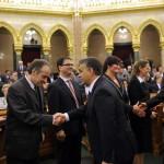 Orbán Viktor miniszterelnök (j4) kezet fog Ötvös Istvánnal (b2), Navracsics Tibor miniszterelnök-helyettes, közigazgatási és igazságügyi miniszter (j) Bank Barbarával (j3), amikor gratulálnak a Nemzeti Emlékezet Bizottsága elnökének, Földváryné Kiss Rékának (j2) és a bizottság további tagjainak, Soós Viktor Attilának (b) és Máthé Áronnak (b3), megválasztásuk alkalmából az Országgyűlés plenáris ülésén 2014. február 3-án. MTI Fotó: Kovács Attila