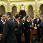Orbán Viktor miniszterelnök (j) gratulál a Nemzeti Emlékezet Bizottsága elnökének, Földváryné Kiss Rékának (b5) és a bizottság tagjainak, Soós Viktor Attilának (a képen nem látható), Ötvös Istvánnak (b), Máthé Áronnak (b2) és Bank Barbarának (b4) megválasztásuk alkalmából az Országgyűlés plenáris ülésén 2014. február 3-án. Mellette Kövér László házelnök (b) gratulál a kinevezetteknek. Hátul Navracsics Tibor miniszterelnök-helyettes, közigazgatási és igazságügyi miniszter (j3). MTI Fotó: Kovács Attila
