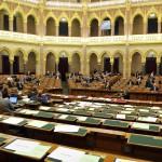 A távol maradó baloldali képviselők üres padsorai a paksi erőmű bővítéséről szóló T/13628.számú törvényjavaslat vitáján az Országgyűlés plenáris ülésén 2014. február 3-án. MTI Fotó: Kovács Attila