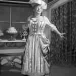 Csala Zsuzsa, Raymundo Magellhaes: Párisi cukrászda című vígjátékának egyik jelenetében a Déryné Színházban. (1957) MTI Fotó: Tormai Andor