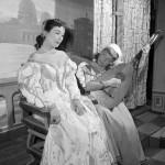 Faragó Vera (b, Lucrezia) és Csala Zsuzsa (Sostrata) színművészek jelenete Niccolo Machiavelli Mandragóra című színművének főpróbáján a Déryné Színházban. (1957) MTI Fotó: Tormai Andor