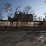 Budapest, 2012. február 26. Egy járókelő halad el a Kossuth téren, az Országgyűlés épületétől északra, a Jászai Mari tér felé eső elkerített része előtt, ahol a tervek szerint mélygarázst és látogatóközpontot alakítanak ki. Megkezdődött a Kossuth tér átépítése; a területet, az 1944 előtti állapotok szerint rendezik, ennek része lesz például, hogy a téren a villamosvonalon és a kerékpárúton kívül megszűnik a közúti közlekedés. MTI Fotó: Szigetváry Zsolt