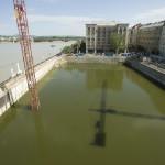Budapest, 2013. június 10. A Duna áradását megelőzően vízzel feltöltött Kossuth téri, épülő mélygarázs munkagödre 2013. június 10-én. A Duna rekordmagasságú vízszintjének nyomásával szemben a korábban bepumpált víz nyomása támasztja meg az épülő mélygarázs résfalát. MTI Fotó: Koszticsák Szilárd