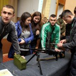 RPK-74 típusú golyószóró részleges szétszerelését gyakorolják a kárpátaljai Jobboldali Szektor (PSZ) és a népi önvédelmi alakulat tagjai a megyei hadkiegészítő parancsnokság ungvári bázisán 2014. március 17-én, ahol megkezdődött az ukrán hadseregbe jelentkezett kárpátaljai önkéntesek katonai kiképzése. MTI Fotó: Nemes János