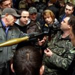 Az Ungváron állomásozó hegyivadász zászlóalj tisztje (j2) gránátvető használatára oktatja a kárpátaljai Jobboldali Szektor (PSZ) és a népi önvédelmi alakulat tagjait a megyei hadkiegészítő parancsnokság ungvári bázisán 2014. március 17-én, ahol megkezdődött az ukrán hadseregbe jelentkezett kárpátaljai önkéntesek katonai kiképzése. MTI Fotó: Nemes János