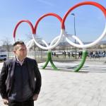 Rogán Antal, az V. kerület polgármestere (Fidesz-KDNP) áll a park Duna felőli bejáratánál álló nemzetiszínű olimpiaiötkarika-szobor előtt a megújult belvárosi Olimpia park sajtóbejárásán 2014. március 21-én. A belváros legnagyobb, március 22-től újra látogatható közparkja Észak-Lipótváros több utcájával együtt újult meg 1,8 milliárd forint uniós forrásból. MTI Fotó: Máthé Zoltán