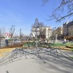 Mászóka a megújult V. kerületi Olimpia parkban 2014. március 21-én. A belváros legnagyobb, március 22-től újra látogatható közparkja Észak-Lipótváros több utcájával együtt újult meg 1,8 milliárd forint uniós forrásból. MTI Fotó: Máthé Zoltán