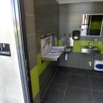 Nyilvános mosdó és pelenkázó a megújult belvárosi Olimpia parkban 2014. március 21-én. A belváros legnagyobb, március 22-től újra látogatható közparkja Észak-Lipótváros több utcájával együtt újult meg 1,8 milliárd forint uniós forrásból. MTI Fotó: Máthé Zoltán