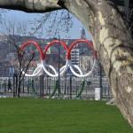 A park Duna felőli bejáratánál álló nemzetiszínű olimpiaiötkarika-szobor a megújult belvárosi Olimpia parkban 2014. március 21-én. A belváros legnagyobb, március 22-től újra látogatható közparkja Észak-Lipótváros több utcájával együtt újult meg 1,8 milliárd forint uniós forrásból. MTI Fotó: Máthé Zoltán