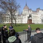 Wachsler Tamás, a Kossuth tér rekonstrukciójára létrehozott Steindl Imre-program vezetője sajtótájékoztatót tart a megújult tér sajtóbejárásán 2014. március 14-én. MTI Fotó: Soós Lajos
