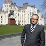 Wachsler Tamás, a Kossuth tér rekonstrukciójára létrehozott Steindl Imre-program vezetője a megújult tér sajtóbejárásán 2014. március 14-én. MTI Fotó: Soós Lajos