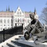 József Attila szobra a megújult Kossuth téren 2014. március 14-én. MTI Fotó: Soós Lajos