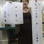Pálffy Ilona, a Nemzeti Választási Iroda elnöke mutatja az országgyűlési választás Nógrád megyei 1. számú (b) és Baranya megyei 4. számú választókerületének szavazólapját Budapesten, az ANY Biztonsági Nyomdában 2014. március 20-án. MTI Fotó: Kovács Tamás