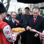 Bolgár népviseletbe öltözött férfi és nő kenyérrel kínálja Papcsák Ferenc (Fidesz-KDNP) zuglói polgármestert a bolgárkertész-emlékmű avatásán Zuglóban, a Bosnyák téren 2014. március 3-án. Az emlékmű Kozsuharov Ognjan magyarországi bolgár szobrászművész alkotása. MTI Fotó: Honéczy Barnabás