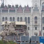 Budapest, 2014. január 18. II. Rákóczi Ferenc visszahelyezett lovas szobra Budapesten, az átépítés alatt álló Kossuth téren 2014. január 18-án. A szobrot 2013. április 30-án szállították el felújításra. MTI Fotó: Kallos Bea