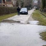 Az erős északi szél miatt kiöntött Balaton vize áll Balatonfenyvesen az Ipoly utcában 2014. március 6-án. A tó vízszintje elérte a 129 centimétert, ez 19 centiméterrel magasabb a szabályozási maximumnál. A Sió-zsilip nyitását február 28-án, 127 centiméteres vízállásnál megkezdték, azonban a vízgyűjtő területről jelenleg intenzívebben folyik be víz a tóba, mint amekkora a vízeresztés kapacitása. MTI Fotó: Varga György