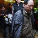 Az eltűnt utasszállító hozzátartozói egy pekingi szállodában tartott sajtótájékoztató szünetében 2014. március 12-én. A Malaysian Airlines malajziai légitársaság Pekingbe tartó Boeing 777-es repülőgépe 239 emberrel a fedélzetén március 8-án eltűnt a légiirányítók radarjainak képernyőjéről és feltehetőleg a Dél-kínai-tengerbe zuhant. (MTI/EPA/Rolex Dela Pena)