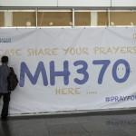 Férfi ír a Malaysia Airlines eltűnt MH370-es járatszámú repülőgépének üzenőfalára a Kuala Lumpur-i nemzetközi repülőtéren, Sepangban 2014. március 12-én. A malajziai légitársaság Pekingbe tartó Boeing 777-es gépe kétszáharminckilenc emberrel a fedélzetén márcuis 8-án tűnt el a légiirányítók radarjainak képernyőjéről, feltehetőleg a Dél-kínai-tengerbe zuhant. (MTI/EPA/Ahmad Juszni)