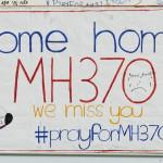 """""""Gyere haza MH370-es, hiányzol nekünk"""" jelentésű felirat a Malaysia Airlines eltűnt MH370-es járatszámú repülőgépének üzenőfalán a Kuala Lumpur-i nemzetközi repülőtéren, Sepangban 2014. március 12-én. A malajziai légitársaság Pekingbe tartó Boeing 777-es gépe kétszáharminckilenc emberrel a fedélzetén márcuis 8-án tűnt el a légiirányítók radarjainak képernyőjéről, feltehetőleg a Dél-kínai-tengerbe zuhant. (MTI/EPA/Ahmad Juszni)"""
