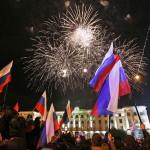 Orosz zászlókkal és tűzijátékkal ünneplő emberek a dél-ukrajnai Krím félsziget hovatartozásáról tartott népszavazás estéjén Szimferopolban 2014. március 16-án. A voksok háromnegyedének megszámlálása után az Ukrajnához tartozó Krími Autonóm Köztársaságban  tartott népszavazás résztvevőinek 95,7 százaléka támogatta, hogy az Ukrajnához tartozó autonóm terület Oroszországhoz csatlakozzon. (MTI/EPA/Jurij Kocsetkov)