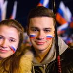 Orosz színekre festett arcú fiatal pár a dél-ukrajnai Krím félsziget hovatartozásáról tartott népszavazás estéjén Szimferopolban 2014. március 16-án. A voksok háromnegyedének megszámlálása után az Ukrajnához tartozó Krími Autonóm Köztársaságban  tartott népszavazás résztvevőinek 95,7 százaléka támogatta, hogy az Ukrajnához tartozó autonóm terület Oroszországhoz csatlakozzon. (MTI/EPA/Hannibal Hannschke)