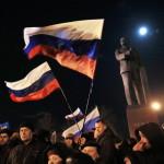 Orosz zászlókkal ünneplő emberek a dél-ukrajnai Krím félsziget hovatartozásáról tartott népszavazás estéjén Szimferopolban 2014. március 16-án. Az exit poll szerint az Ukrajnához tartozó Krími Autonóm Köztársaságban  tartott népszavazás résztvevőinek 93 százaléka támogatta, hogy az Ukrajnához tartozó autonóm terület Oroszországhoz csatlakozzon. (MTI/EPA/Jurij Kocsetkov)