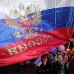 Orosz zászlókkal ünneplő emberek a dél-ukrajnai Krím félsziget hovatartozásáról tartott népszavazás estéjén Szimferopolban 2014. március 16-án. Az exit poll szerint az Ukrajnához tartozó Krími Autonóm Köztársaságban  tartott népszavazás résztvevőinek 93 százaléka támogatta, hogy az Ukrajnához tartozó autonóm terület Oroszországhoz csatlakozzon. (MTI/EPA/Zurab Kurcikidze)