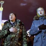 Ukránok a himnuszt éneklik a rohamrendőrök és a kormányellenes tüntetők közötti korábbi összecsapások fő helyszínén, a kijevi Függetlenség terén, a dél-ukrajnai Krím félsziget hovatartozásáról tartott népszavazás estéjén Kijevben 2014. március 16-án. A voksok háromnegyedének megszámlálása után az Ukrajnához tartozó Krími Autonóm Köztársaságban  tartott népszavazás résztvevőinek 95,7 százaléka támogatta, hogy az Ukrajnához tartozó autonóm terület Oroszországhoz csatlakozzon.  (MTI/EPA/Robert Ghement)