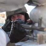 Egy ukrán katona célra tart az orosz határ közelében lévő ukrajnai ellenőrzőponton Csongarban 2014. március 16-án, a dél-ukrajnai Krím félsziget hovatartozásáról tartott népszavazás napján.  A voksok háromnegyedének megszámlálása után az Ukrajnához tartozó Krími Autonóm Köztársaságban  tartott népszavazás résztvevőinek 95,7 százaléka támogatta, hogy az Ukrajnához tartozó autonóm terület Oroszországhoz csatlakozzon.  (MTI/EPA/Ivan Boberszkij)