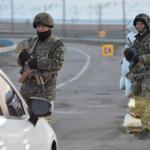 Ukrán katonák az orosz határ közelében lévő ukrajnai ellenőrzőponton Csongarban 2014. március 16-án, a dél-ukrajnai Krím félsziget hovatartozásáról tartott népszavazás napján.  A voksok háromnegyedének megszámlálása után az Ukrajnához tartozó Krími Autonóm Köztársaságban  tartott népszavazás résztvevőinek 95,7 százaléka támogatta, hogy az Ukrajnához tartozó autonóm terület Oroszországhoz csatlakozzon.  (MTI/EPA/Ivan Boberszkij)