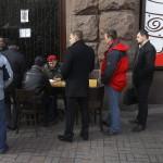 Önkéntesek sorakoznak az Ukrán Nemzeti Gárda nevű fegyveres alakulat egyik mobil toborzóközpontjánál a kijevi Függetlenség tere közelében 2014. március 17-én. Az előző napon az Ukrajnához tartozó Krím félszigeten a helyi oroszbarát vezetés által kiírt népszavazáson a lakosok nagy többsége az Oroszországhoz való csatlakozás mellett foglalt állást. (MTI/EPA/Robert Ghement)