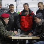 Önkéntesek az Ukrán Nemzeti Gárda nevű fegyveres alakulat egyik mobil toborzóközpontjánál a kijevi Függetlenség tere közelében 2014. március 17-én. Az előző napon az Ukrajnához tartozó Krím félszigeten a helyi oroszbarát vezetés által kiírt népszavazáson a lakosok nagy többsége az Oroszországhoz való csatlakozás mellett foglalt állást. (MTI/EPA/Robert Ghement)