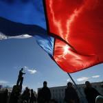 Orosz zászlókkal ünneplő emberek a Lenin téren, a Krím félszigeten fekvő Szimferopolban 2014. március 17-én, egy nappal az után, hogy az Ukrajnához tartozó Krím félszigeten a helyi oroszbarát vezetés által kiírt népszavazáson a lakosok nagy többsége az Oroszországhoz való csatlakozás mellett foglalt állást. (MTI/EPA/Jurij Kocsetkov)