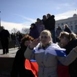 Orosz zászlóval ünneplő emberek a Lenin téren, a Krím félszigeten fekvő Szimferopolban 2014. március 17-én, egy nappal az után, hogy az Ukrajnához tartozó Krím félszigeten a helyi oroszbarát vezetés által kiírt népszavazáson a lakosok nagy többsége az Oroszországhoz való csatlakozás mellett foglalt állást. (MTI/EPA/Jakub Kaminski)