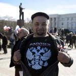 A pólóján lévő orosz címert mutatja egy férfi a Lenin téren, a Krím félszigeten fekvő Szimferopolban 2014. március 17-én, egy nappal az után, hogy az Ukrajnához tartozó Krím félszigeten a helyi oroszbarát vezetés által kiírt népszavazáson a lakosok nagy többsége az Oroszországhoz való csatlakozás mellett foglalt állást. (MTI/EPA/Jakub Kaminski)