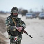 Ukrán katona őrködik az Ukrajnához tartozó Krími Autonóm Köztársaság határában, a Herszon megyében lévő Sztrilkove településnél 2014. március 17-én, egy nappal az után, hogy a Krím félsziget helyi oroszbarát vezetése által kiírt népszavazáson a lakosok nagy többsége az Oroszországhoz való csatlakozás mellett foglalt állást. (MTI/EPA/Ivan Boberszkij)
