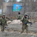 Ukrán katonák járőröznek az Ukrajnához tartozó Krími Autonóm Köztársaság határában, a Herszon megyében lévő Sztrilkove településnél 2014. március 17-én, egy nappal az után, hogy a Krím félsziget helyi oroszbarát vezetése által kiírt népszavazáson a lakosok nagy többsége az Oroszországhoz való csatlakozás mellett foglalt állást. (MTI/EPA/Ivan Boberszkij)