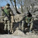 Ukrán katonák az Ukrajnához tartozó Krími Autonóm Köztársaság határában, a Herszon megyében lévő Sztrilkove településnél 2014. március 17-én, egy nappal az után, hogy a Krím félsziget helyi oroszbarát vezetése által kiírt népszavazáson a lakosok nagy többsége az Oroszországhoz való csatlakozás mellett foglalt állást. (MTI/EPA/Ivan Boberszkij)