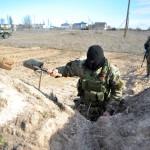 Ukrán katona árkot ás az Ukrajnához tartozó Krími Autonóm Köztársaság határában, a Herszon megyében lévő Sztrilkove településnél 2014. március 17-én, egy nappal az után, hogy a Krím félsziget helyi oroszbarát vezetése által kiírt népszavazáson a lakosok nagy többsége az Oroszországhoz való csatlakozás mellett foglalt állást. (MTI/EPA/Ivan Boberszkij)