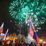 Tűzijátékkal és orosz zászlókkal ünnepelnek az Ukrajnához tartozó Krími Autonóm Köztársaságban fekvő Szevasztopolban 2014. március 17-én, egy nappal az után, hogy a Krím félsziget helyi oroszbarát vezetése által kiírt népszavazáson a lakosok nagy többsége az Oroszországhoz való csatlakozás mellett foglalt állást. (MTI/EPA/Anton Pedko)