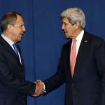 John Kerry amerikai (j) és Szergej Lavrov orosz külügyminiszter kezet fog az ukrajnai válságról rendezett kétoldalú megbeszélésük kezdetén, a Líbiáról rendezett külügyminiszteri konferencia idején az olasz külügyminisztériumnak otthont adó római Farnesina-palotában 2014. március 6-án. (MTI/AP/Pool/Kevin Lamarque)