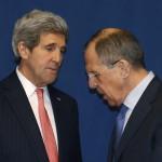 John Kerry amerikai (b) és Szergej Lavrov orosz külügyminiszter az ukrajnai válságról rendezett klétoldalú megbeszélésük közben, a Líbiáról rendezett külügyminiszteri konferencia idején az olasz külügyminisztériumnak otthont adó római Farnesina-palotában 2014. március 6-án. (MTI/AP/Pool/Kevin Lamarque)