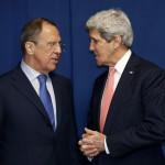 John Kerry amerikai (j) és Szergej Lavrov orosz külügyminiszter az ukrajnai válságról rendezett klétoldalú megbeszélésük közben, a Líbiáról rendezett külügyminiszteri konferencia idején az olasz külügyminisztériumnak otthont adó római Farnesina-palotában 2014. március 6-án. (MTI/AP/Pool/Kevin Lamarque)